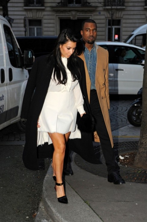 pregnant-kim-kardashian-and-boyfriend-kanye-west-go-for-a-romantic-stroll-in-paris-2